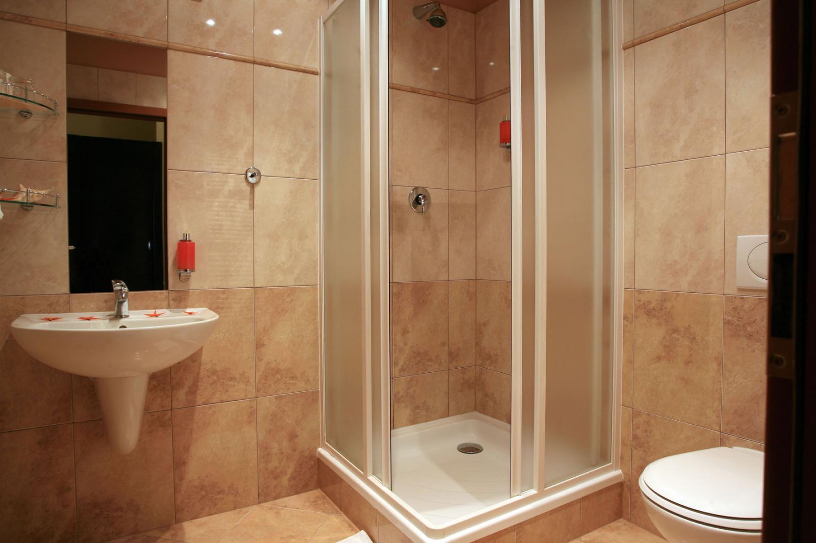 Дизайн ванной комнаты вместе с душевой кабиной